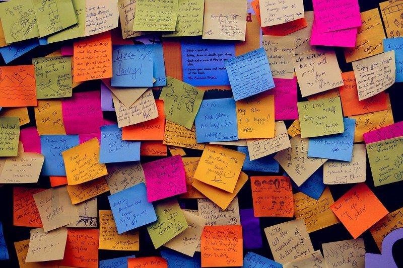 varios post-it de colores con varios idiomas