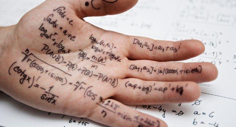 Mano con notas para usar como chuleta en examen