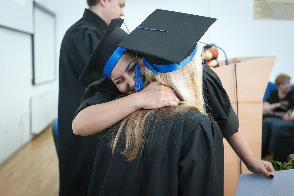 chicas graduandose